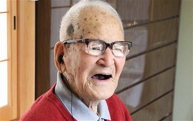 Un uomo molto anziano che ride