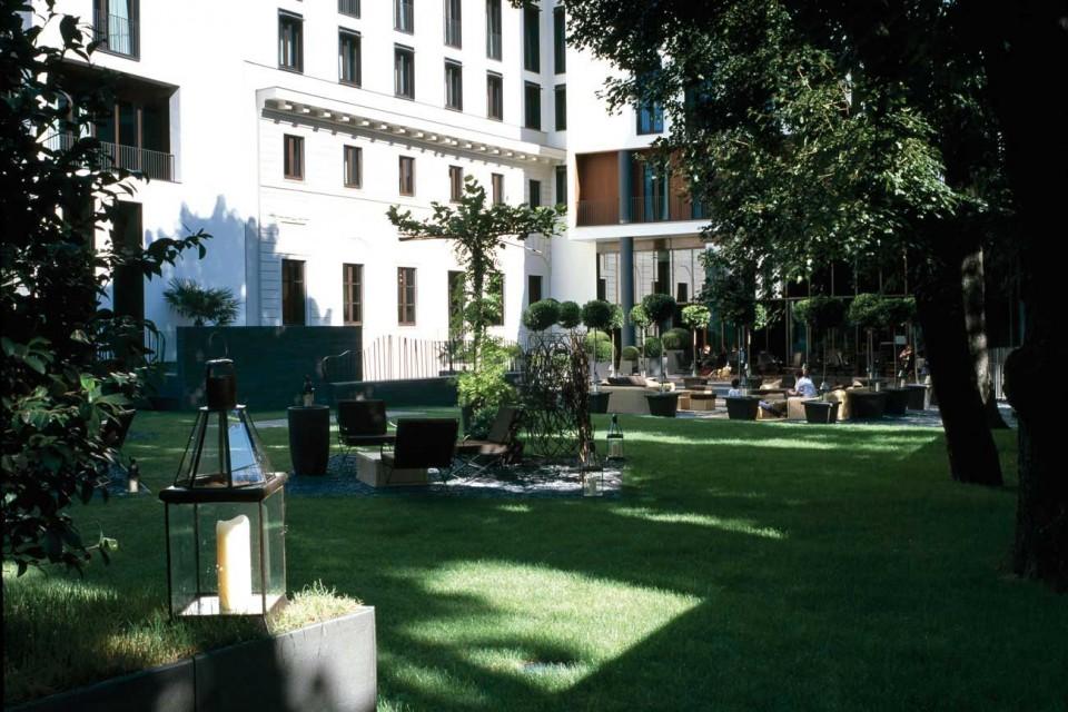 B b italia arreda il giardino del bulgari hotel milano cronaca
